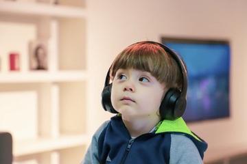 enfant_avec_casque_écoutant-histoire
